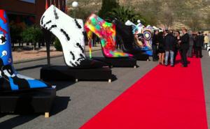 Sapatos gigantes colorem as ruas de Madrid