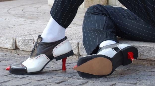 1eaed030a O designer combina perspectivas bem-humoradas com variados temas e, com  muita criatividade, as aplica no sapato feminino.